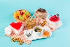 Endureça, os copos com café, cookies em um fundo brilhante Imagens de Stock