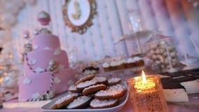 Endureça para uma criança com um urso, um grande bolo cor-de-rosa, um bolo de aniversário para uma criança video estoque