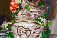 Endureça sob a forma do vidoeiro com flores, bolo de casamento com flores, bolo marrom branco Fotografia de Stock