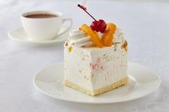 Endureça a sobremesa com pêssego, cereja e chocolate quente Fotografia de Stock Royalty Free