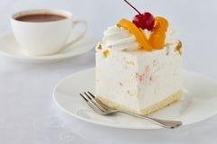 Endureça a sobremesa com pêssego, cereja e chocolate quente Foto de Stock Royalty Free