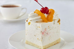 Endureça a sobremesa com pêssego, cereja e chocolate quente Imagens de Stock Royalty Free