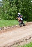 Enduro摩托车乘坐在小山下的,马多纳,拉脱维亚, 2 5月26日, 库存照片