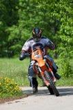 Enduro摩托车乘坐在小山下的,马多纳,拉脱维亚, 2 5月26日, 库存图片