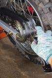 Enduro摩托车轮子和链子 特写镜头射击 免版税库存图片