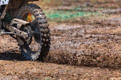 Enduro,在泥的摩托车越野赛,飞行碎片细节在加速度时 免版税库存图片