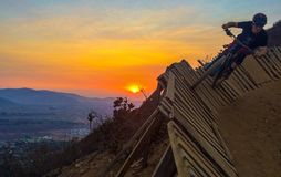 Enduro en declive del mountainbike de la puesta del sol foto de archivo