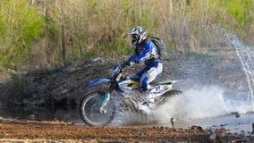 Enduro fuori-roading nel raduno russo 2014 della corsa di cinque giorni Immagini Stock