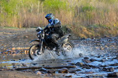 Enduro fuori-roading nel raduno russo 2014 della corsa di cinque giorni Immagine Stock