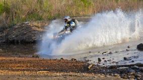 Enduro fuori-roading nel raduno russo 2014 della corsa di cinque giorni Fotografie Stock