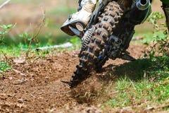Enduro, Motocross im Schlamm, Details des Fliegenrückstands während einer Beschleunigung lizenzfreies stockbild