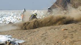 Enduro motocykle jadą na rastasia lodzie na rzece Obrazy Stock