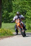 Enduro-Motorrad, das hinunter den Hügel, Madona, Lettland 2 am 26. Mai reitet Lizenzfreies Stockbild