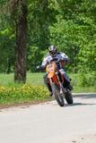 Enduro-Motorrad, das hinunter den Hügel, Madona, Lettland 2 am 26. Mai reitet Lizenzfreie Stockbilder