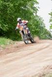 Enduro-Motorrad, das hinunter den Hügel, Madona, Lettland 2 am 26. Mai reitet Lizenzfreies Stockfoto