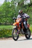 Enduro-Motorrad, das hinunter den Hügel, Madona, Lettland 2 am 26. Mai reitet Lizenzfreie Stockfotos