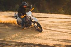 Enduro-Motorradlaufen Stockfotos