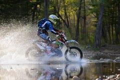 Enduro off-roading dans le rassemblement russe 2014 de course de cinq jours photos stock