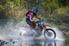 Enduro off-roading dans le rassemblement russe 2014 de course de cinq jours images libres de droits