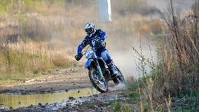 Enduro off-roading dans le rassemblement russe 2014 de course de cinq jours photo stock