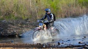 Enduro off-roading en la reunión rusa 2014 de la raza de cinco días Imagen de archivo libre de regalías