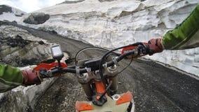 Enduro resa med smutscykeln som är hög i bergen royaltyfri bild
