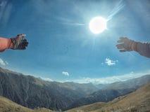 Enduro resa med smutscykeln som är hög i bergfåglarna fotografering för bildbyråer