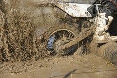 Enduro roda dentro a trilha enlameada fotos de stock royalty free