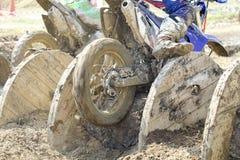 Enduro rowery przechodzą przeszkoda kablowych bębeny w śladzie zdjęcia stock