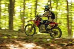 Endurocross, das in Wald beschleunigt Lizenzfreies Stockfoto