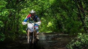 Enduromoto in de modder met een grote plons Royalty-vrije Stock Foto