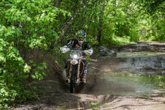 Enduromoto in de modder met een grote plons Royalty-vrije Stock Afbeeldingen