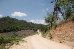 Endurotoeristen op een stoffige landweg, Enduro-Uiterste stock afbeeldingen