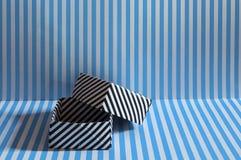 Enegreça a caixa alinhada do origâmi na textura alinhada azul do fundo Imagens de Stock Royalty Free