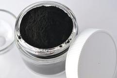 Enegreça o pó ativado do carvão vegetal para a máscara do facial da desintoxicação imagens de stock