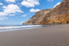 Enegreça a praia vulcânica da areia Console de Tenerife Fotografia de Stock
