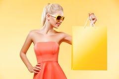 Enegreça sexta-feira Compra feliz da jovem mulher no feriado Menina que mostra no saco com espaço da cópia fotos de stock