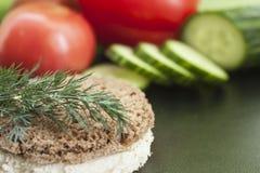 Eneldo, pan, y verduras Imagen de archivo