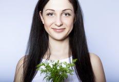 eneldo verde sonriente hermoso de la explotación agrícola de la mujer joven Fotografía de archivo libre de regalías