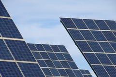 Energía alternativa de los paneles solares Imagen de archivo