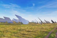 Energía alternativa grande de los paneles solares de la estación. Foto de archivo libre de regalías