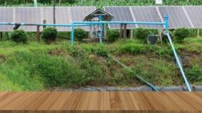 energía de abastecimiento de la célula solar a la bomba de agua en granja photovoltaic Imágenes de archivo libres de regalías