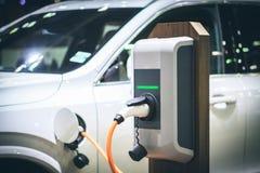 Energía de carga del coche eléctrico en la estación Imagen de archivo