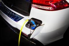 Energía de carga del coche eléctrico en la estación Fotografía de archivo