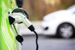 Energía del cargamento de un coche eléctrico Foto de archivo