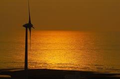 Energía eólica con puesta del sol Fotos de archivo libres de regalías