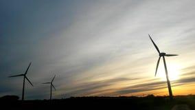 Energía eólica con un cielo azul almacen de metraje de vídeo
