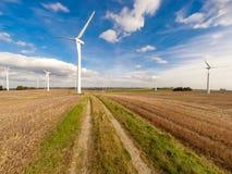 Energía eólica de la energía eólica de turbinas de viento de la turbina de viento Imágenes de archivo libres de regalías
