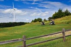 Energía eólica en un campo de golf. fotografía de archivo
