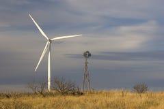 Energía eólica nueva y vieja fotografía de archivo